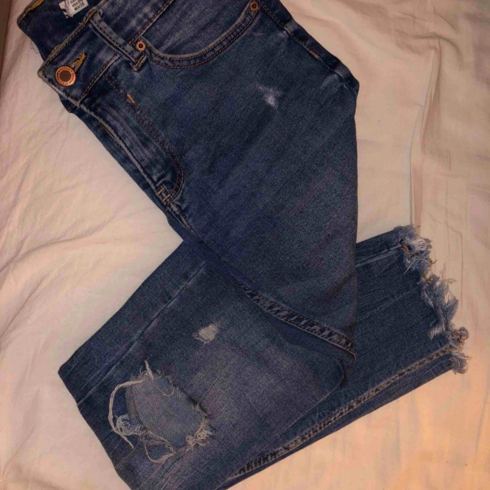 Stretchiga väldigt bekväma jeans från Berskha (avklippt lapp pga va obekväm). Säljer pga blivit lite för tajta, passar en 36 alt 34. Inget fel alls inte så använda💙 frakt tillkommer, möts även upp!. Jeans & Byxor.