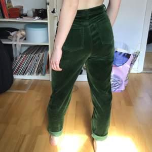 BEATRICE ELIs gamla byxor!! I grön sammet, väldigt fina. Hör av dig för frågor💘