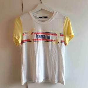 Snyggaste T-shirten från BikBok med en retro look. Knappt använd då det inte är min stil längre så den är i nyskick. Storlek M. Köpare står för ev. fraktkostnad