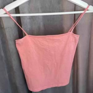 Ett rosa linne som sitter tajtare, den är använd några gånger, inte fler än tio och det är jättefint skick och är som nytt. Fungerar jättebra till olika tillfällen!
