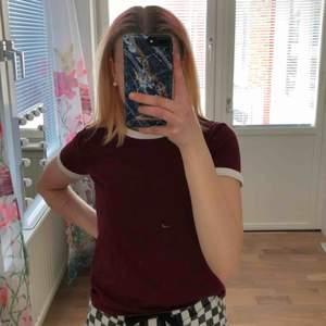 En vinröd T-shirt i storlek s. Köpt ifrån h&m. Fint skick👍🏻🌻
