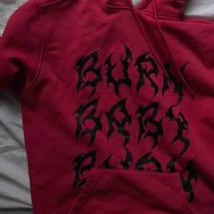 """Jättefin hoodie med trycket """"burn baby burn"""" på, köpt på carlings för 600kr! säljer för 300kr+frakt! 🥰"""