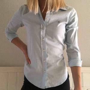 Säljer snygg och fräsch ljusblå skjorta från Gant. Mycket bra skick och endast använd typ två gånger! Nypris >1000kr.