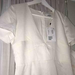 En helt ny klänning från Monki i storlek 38! Passar mig som har 36 men säljer för den aldrig kommit till användning. Frakt ingår i priset;)