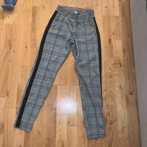 Jag säljer ett par rutiga byxor med ett svart streck på sidan i storlek XS. Säljs eftersom dom är för stora för mig och är då i väldigt bra skick eftersom dom aldrig är använda