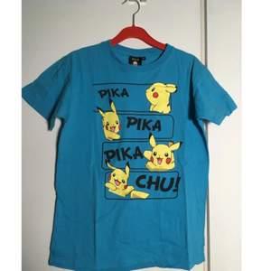 Pikachu-tshirt i ljusblå färg! Nästan aldrig använd.
