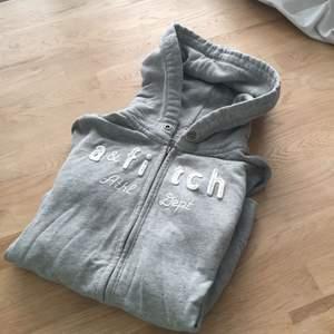 En grå munkis från Abercrombie&Fitch Den är i XL i barnstorlek men fungerar som en XS