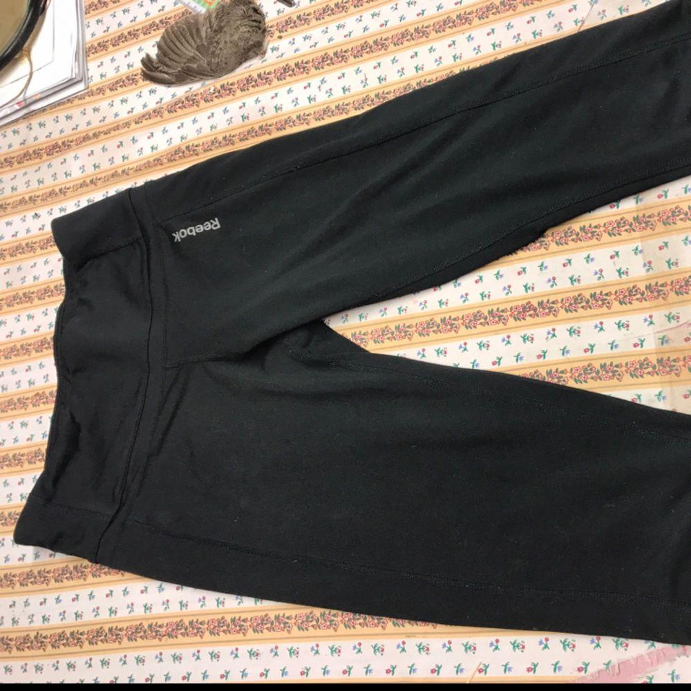 Träningsbyxor från Reebok. Sparsamt använda. Capri. Svarta. Skickas mot fraktkostnad.. Jeans & Byxor.