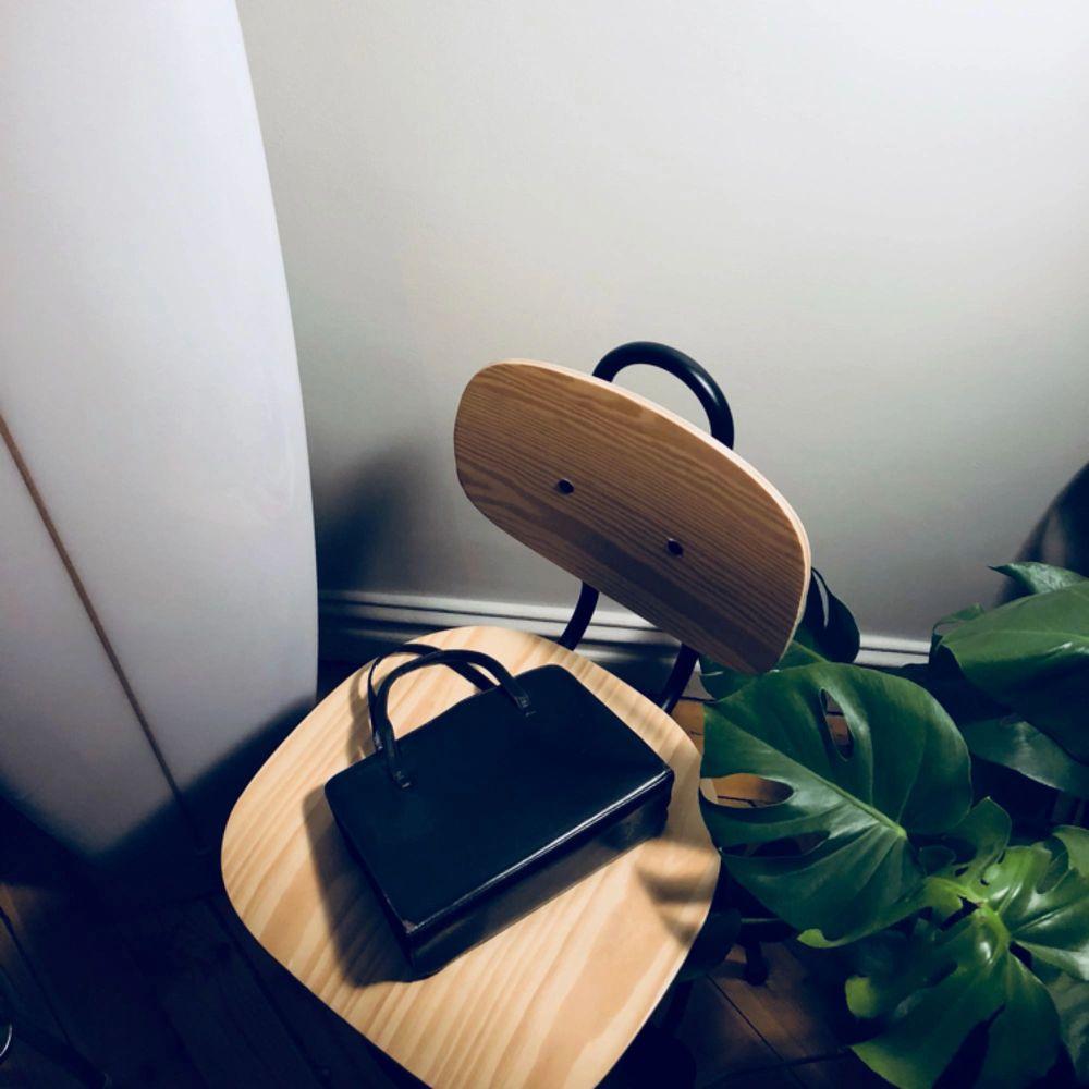 Mörkbrun kuvertväska köpt Secondhand! . Accessoarer.