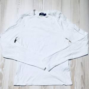 Vit ribbad tröja med låg polo/turtleneck 70kr + eventuell frakt, möts annars upp i Lund eller Höllviken