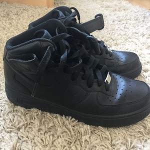 Nike Air Force 1 black high sneaker. Only used 2 times in sunny days. Almost brand new. Good catch!