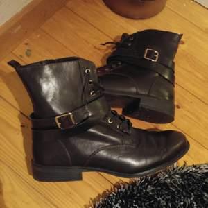 svart gråa skor. i ljuset kommer lite rött