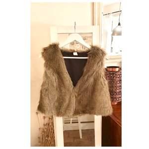 Faux Fur-väst från VILA. Snygg att hänga över en skjorta.  Jag använder Swish men vill du betala genom Plick SafePay så säg till 👗