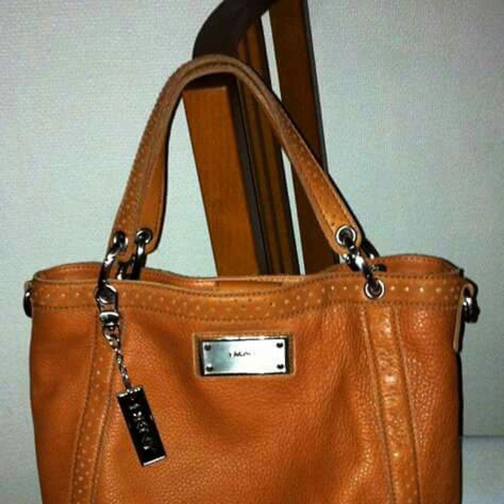 Äkta läder DKNY axel / hand väska begagnat. Väskor.