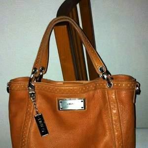 Äkta läder DKNY axel / hand väska begagnat