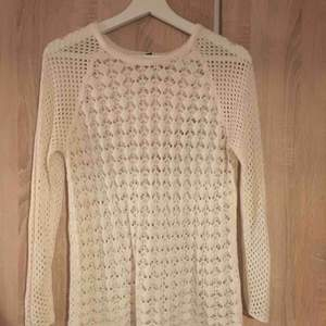 En vit stickad tröja från märket Chic i strl 38/40. Fint skick nästan aldrig använd eftersom den är för stor. 30kr