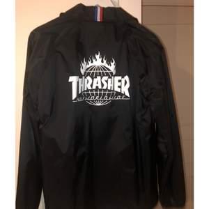 Thrasher x huf jacka 🌸 Storlek S🌸 Från Junkyard 🌸 Endast använd en gång 🌸 nypris ca 1000🌸 Köparen står för eventuell frakt🌸 Hör gärna av dig för fler bilder🌸