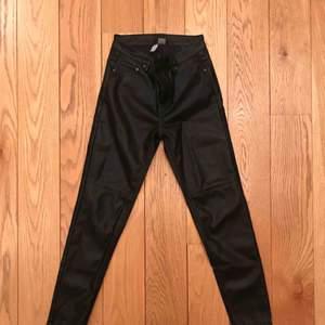 Svarta brallor i fuskläder från HM Divided, använda en gång. Söm på knät, normallånga på mig som är 160cm. Frakt tillkommer