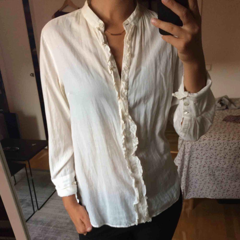 Skjorta med volang från Noa noa.. Blusar.