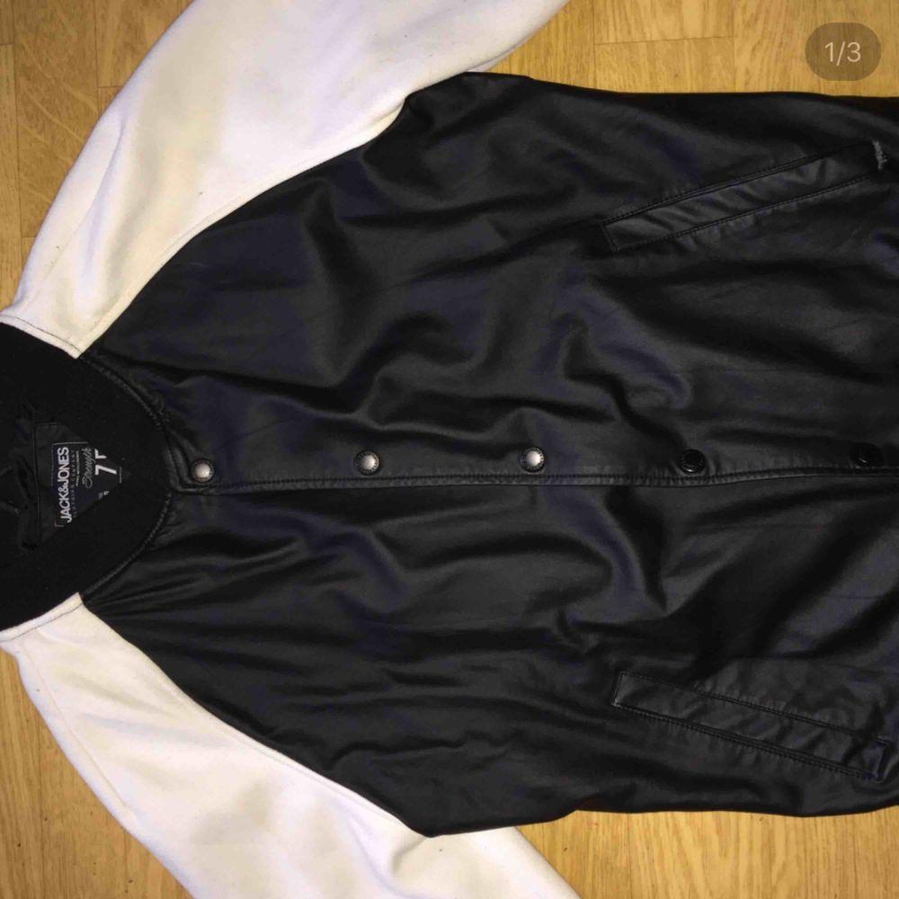 Handgjorde premium jacka av läder från Jack and Jones, mycket fin, 9/10 i skick, säljes på grund av rensning, nypris 499kr. Jackor.