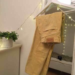 Superfina jeans från Monki, använda 1 gång så är i perfekt skick! Köparen står för frakt
