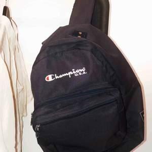 Snygg rymlig Champion-ryggsäck i fint begagnat skick.    Hämtas helst men kan skicka mot fraktkostnad.