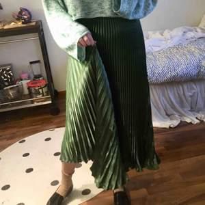 SÅ fin plisserad grön kjol. Bilderna ger den inte riktigt rättvisa. Kjolen är storlek XS/S. Aldrig använd!