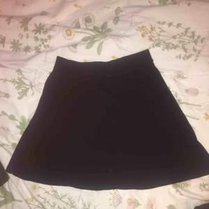 Enkel Svart kjol från bershka, storlek m men den är lite tajt så den passar nog en s också skulle jag tro.