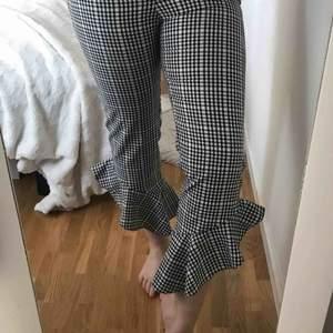 Helt oanvända gingham byxor som tyvärr är för små för mig. Har fickor i fram🍒 Möts upp i Gävle eller fraktar för 54kr