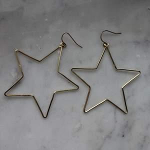Guldiga stjärnörhängen från ur och penn. Använda ett par gånger. Upphämtning i Borås och i annat fall tillkommer fraktkostnad. Betalning sker via swish innan plagget levereras/hämtas upp.