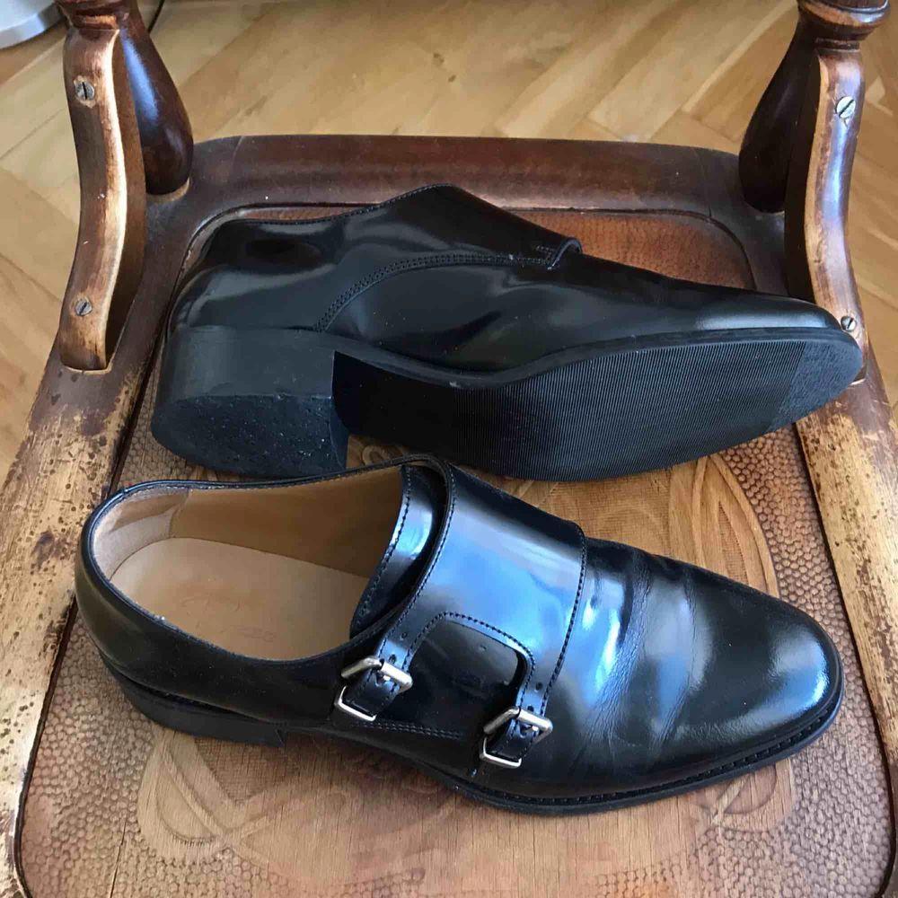 Skor från Rizzo, använda ett par gånger, främst inomhus. Köparen står för eventuell frakt. . Skor.