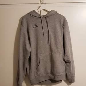 Bra skick, tittar man noga kan den se lite tvättad ut, annars perfekt. Snygg o basic hoodie för alla dagar i veckan.