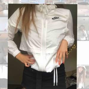 En jättefin och extremt populär jacka från Nike! Nypris runt 700kr. Tunt material så perfekt nu till våren.