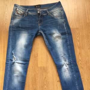 Blå jeans. Står ej för frakten.