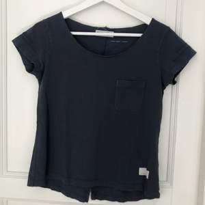 Säljer en mycket stilren och snygg t-shirt från Odd Molly. I väldigt fint skick då den tyvärr inte använts så mycket därav säljer jag den.  Köptes på Nk i Göteborg för över 500kr