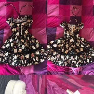 Svart lolitaklänning med kort motiv storlek S men matchande skor i storlek 25.0, använd max 2 gånger.