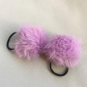 två gulliga hårband med lila pompoms. fint skick!