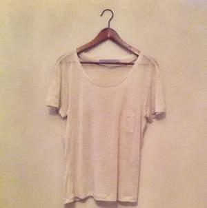 Tunn basic T-shirt från Tiger of Sweden. Lätt melerad i beige/offwhite.