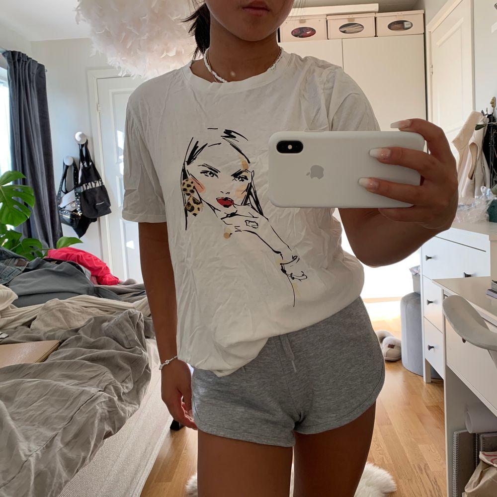 Assnygg slutsåld T-shirt från Gina, knappt använd 👄💕🥰💓🥂  stl m, jag brukar ha xs/s så den sitter lite oversized vilket är skitnsyggt! 😊😊. Toppar.