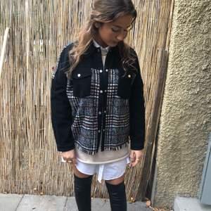 Trendig jeansjacka från Zara. Storlek small men passar XS-M. Knappt använd. Frakt 63 kr tillkommer.