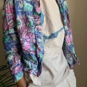 Indie/hippie blommig skjorta. Saknar storleksmärkning men passar löst på modellen som är 188cm och bär M. Frakt tillkommer men kan även mötas upp i stockholm☺️