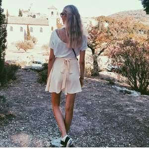 Citrongul american apparel kjol med rosettknytning baktill (se bilden). Supersöt🌸 passar XS- M pga. Att man kan justera med rosetten/bältet i midjan. Endast använd ett fåtal gånger. Köpt på NK.