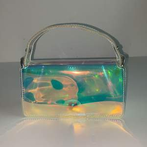 Den hör fina holographic väskan är från zara💓Utmärkt skick👍🏻och nästan aldrig använd🤩ordinarie pris:400kr jag säljer för:200kr😍