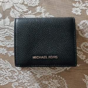 Svart plånbok från Michael Kors. Fick den i present och tyvärr har den inte blivit använd för jag är väldigt nöjd med min nuvarande plånbok. Bättre att denna hittar ett nytt hem. Fraktkostnaden tillkommer.