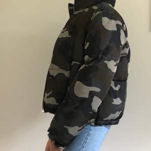 En cool militär mönstrad jacka som funkar bra till den kommande vintern. Väldigt varm och skön. Köpt för 400kr strl S men rätt oversized så funkar på M/L med skulle jag vilja säga. 🤍🤍 för mer info skicka privat.