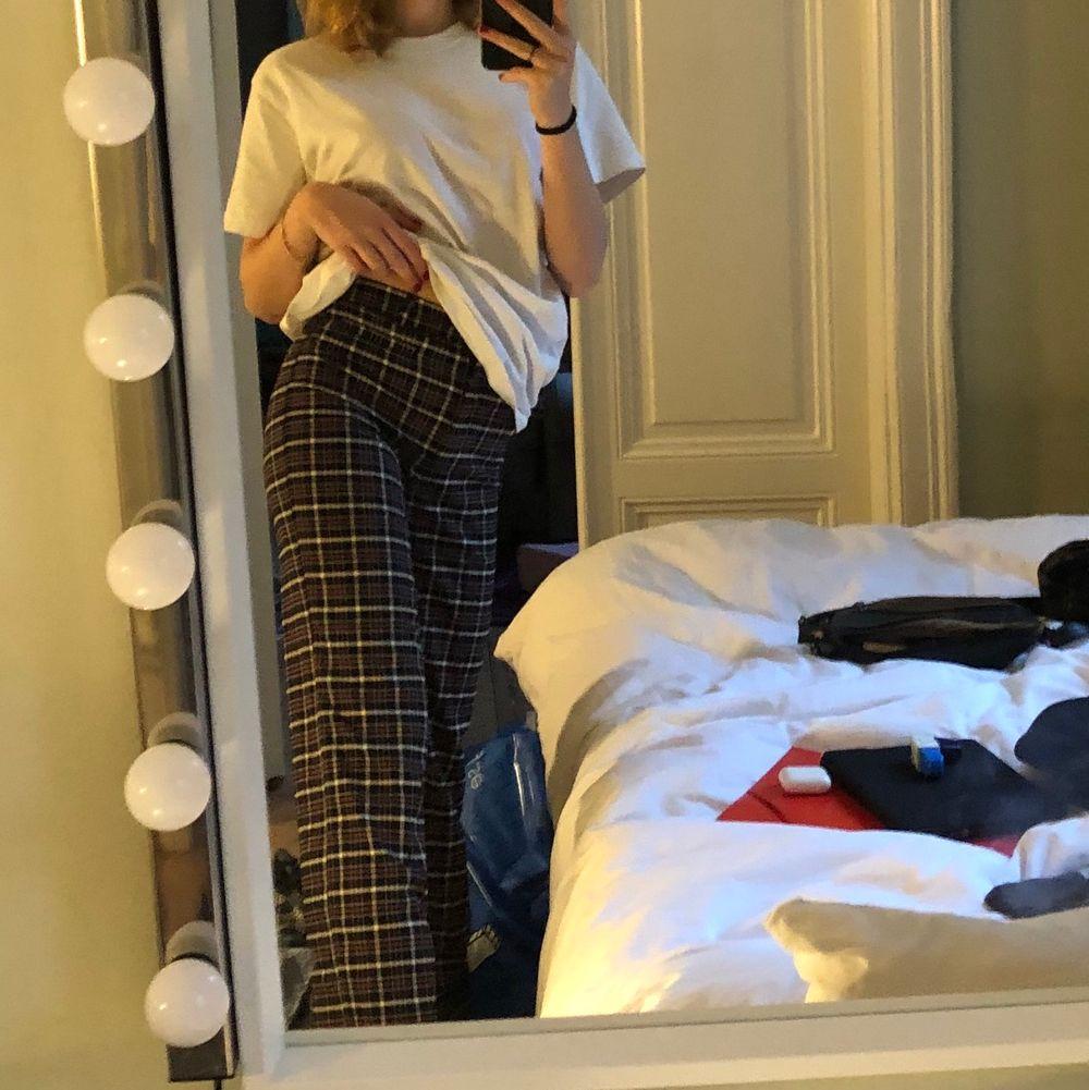 """Rutiga höjmidjade ganska långa """"kostymbyxor"""". Jätte fina och används inte. . Jeans & Byxor."""