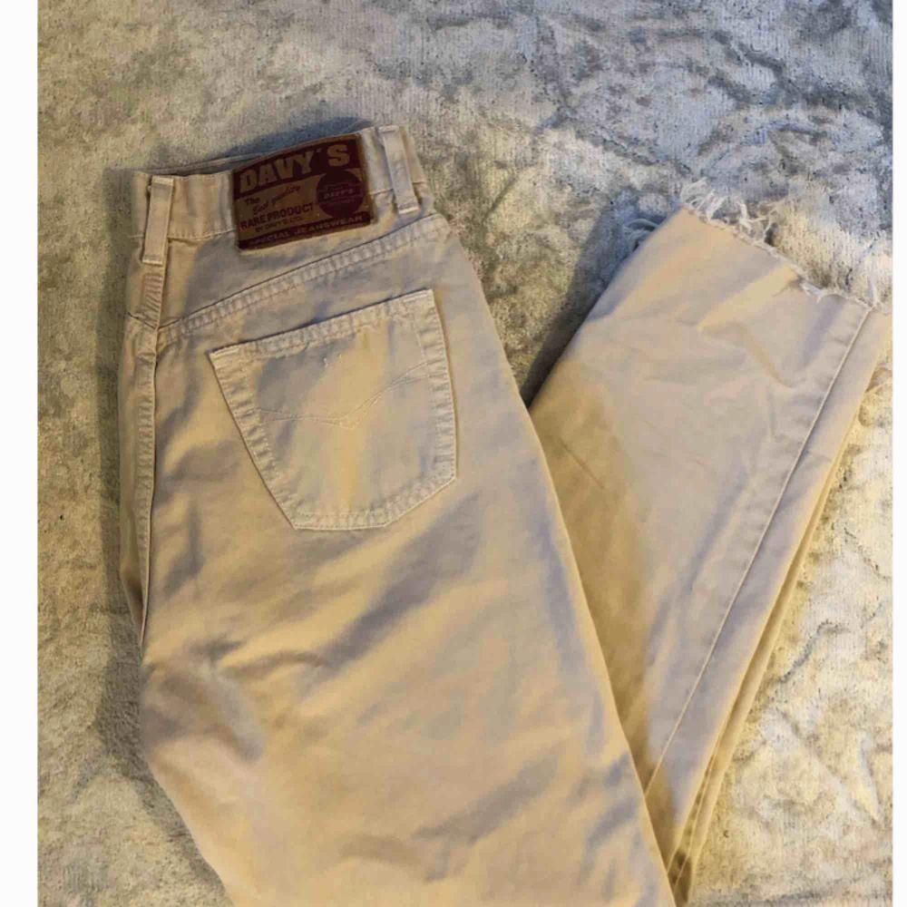 Vintage jeans med hög midja fr Beyond Retro. Avklippta till fotknölarna på mig som är 170 cm. Märkta med strl 31 men motsvarar en 27 om du vill att de ska sitta tight över rumpan o löst i benen. Sitter därmed släppre på 26-25 :) . Jeans & Byxor.