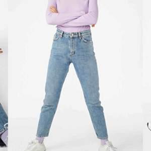 Mom jeans från Monki 🤩 Superfina men passar tyvärr inte mig längre 😭 Färgen återspeglas bäst på första bilden. Sparsamt använda så de är i mycket bra skick!