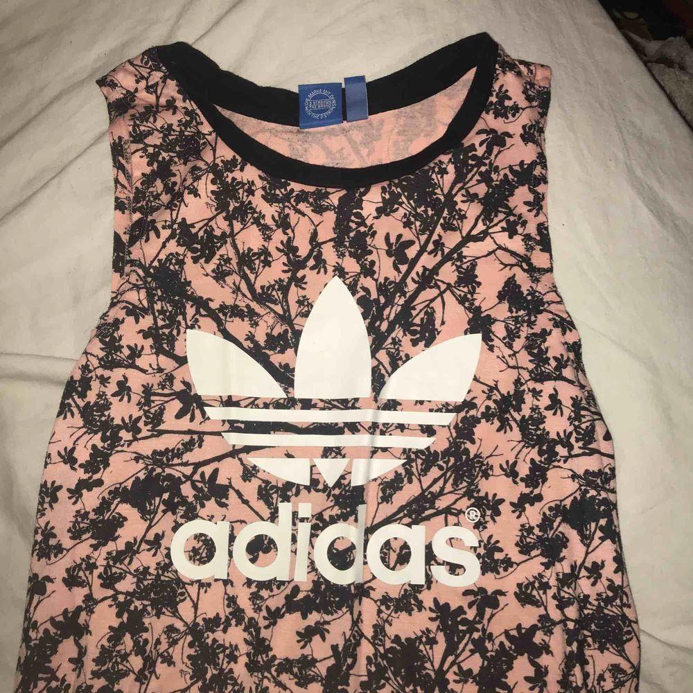 Säljer denna URRsnygga Adidas klänning som passar så bra i sommar när man ska gå ner till Stranden eller en bara skön dag i stan. Möts upp i Linköping annars står köparen för frakten Frakt 50. Klänningar.