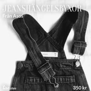Svarta hängselbyxor i jeans från Asos. Ord.pris: 580 kr. Använda 1 gång. Nyskick! Storlek: S/M, sitter oversized på mig. Köparen står för frakten!